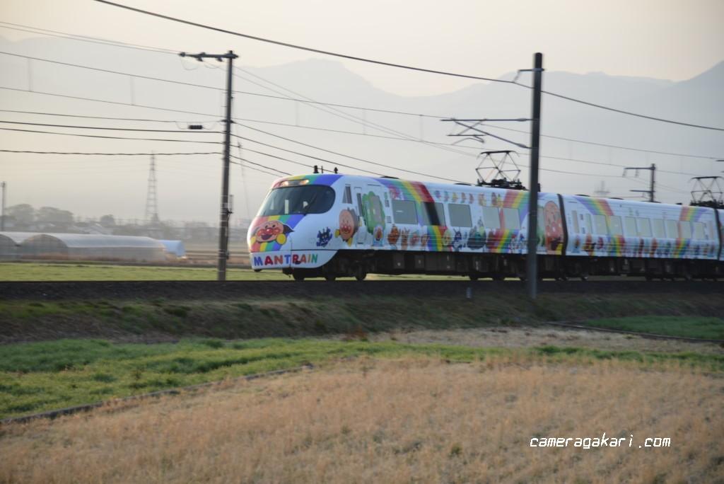 高速シャッターで撮影したアンパンマン列車