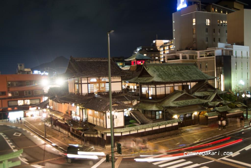 階段から道後温泉本館を見下ろす