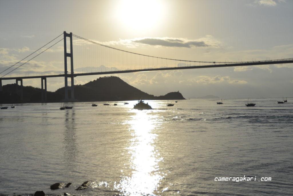 朝陽と渡船と来島海峡大橋