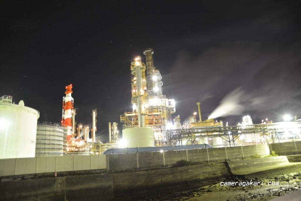 川沿いから見た工場夜景