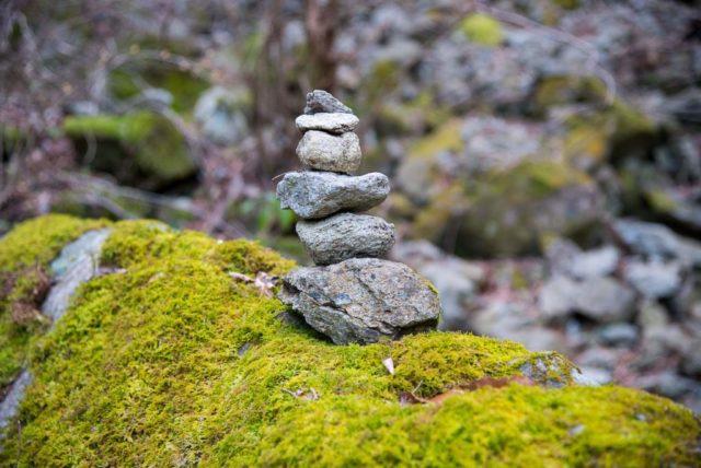 堂ヶ森 登山道 積み石
